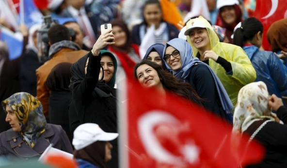 Supporters of Turkey's Prime Minister Ahmet Davutoglu pose for a selfie ahead of an election rally  for Turkey's June 7 parliamentary elections in Ankara, Turkey, May 30, 2015. REUTERS/Umit Bektas  - RTR4Y584